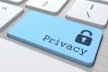 Imagem de um teclado com a tecla de enter substituida com uma azul com texto PRIVACY e o símbolo de um cadeado