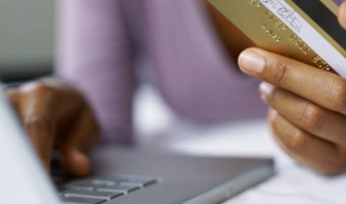 Imagem do artigo da Veja com uma pessoa efetuando compra pela Internet
