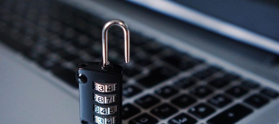 Teclado de computador com um cadeado sobre ele