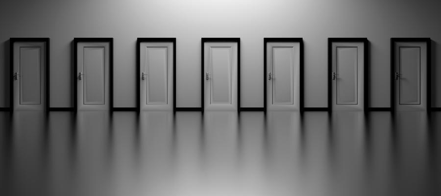 Imagem de sala escura com várias portas de saída