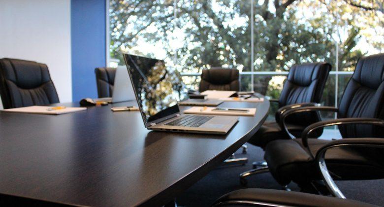 Foto de sala de reunião com a mesa vazia porque o Securitty Officer da empresa deixou a empresa