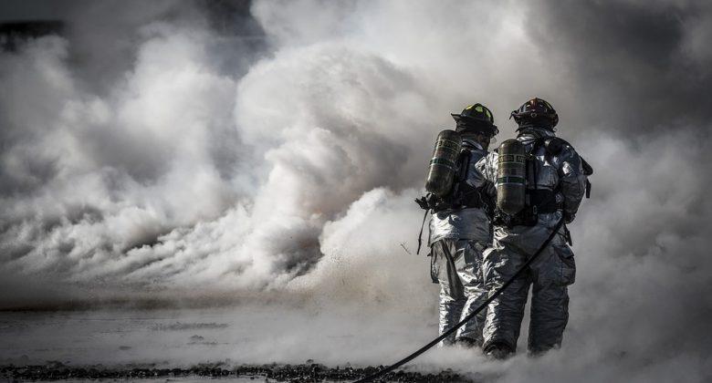 Imagem de bombeiros apagando um incêndio