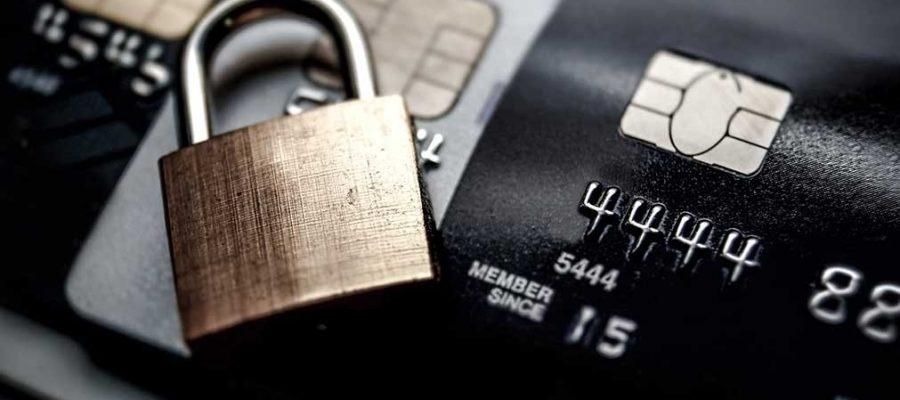Imagem de um cadeado sobre um cartão de crédito