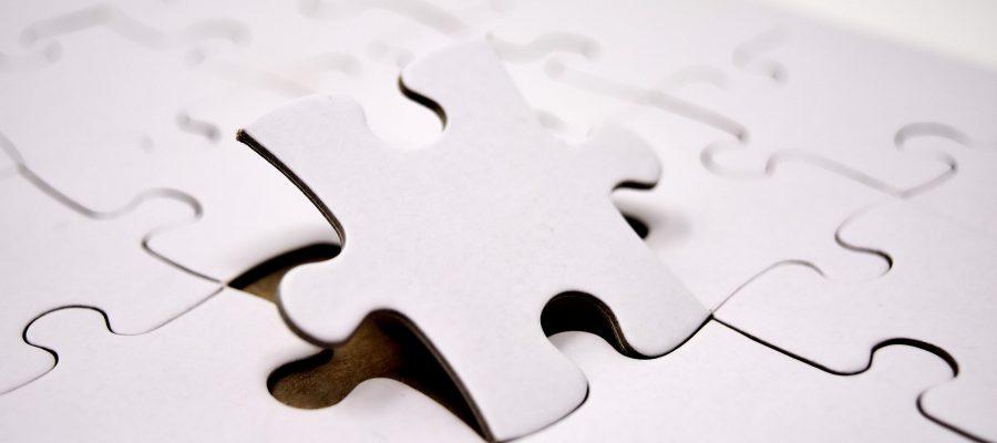 Peça encaixando em quebra-cabeças